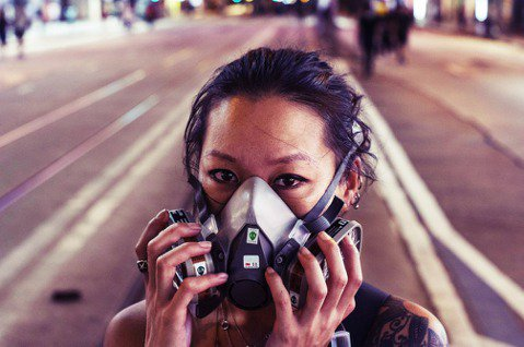 2019的香港夏天聞起來都是催淚彈的刺鼻熱辣味。香港反送中抗爭手法,從百萬人和平...