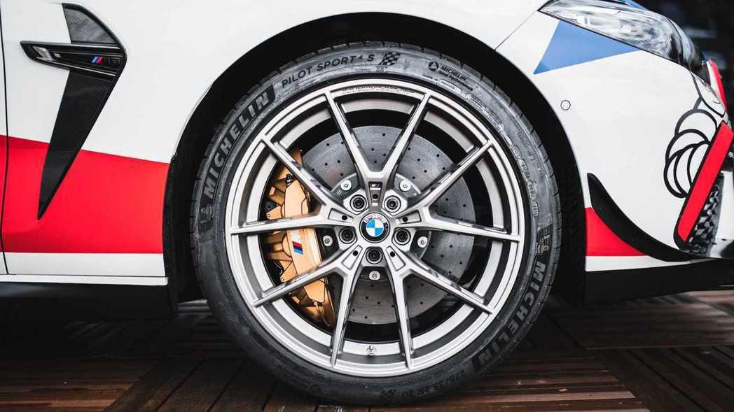 M8 MotoGP™ Safety Car全身上下套件都經過強化。 摘自BMW