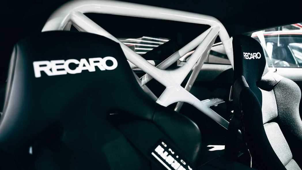 M8 Safety Car車內配備防滾籠和Recaro賽車座椅。 摘自BMW