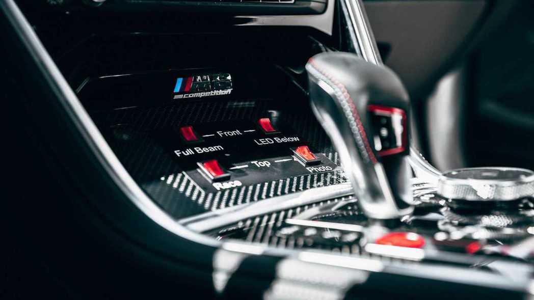 管控賽道的燈號面板當然也是M8 Safety Car的車內配備。 摘自BMW