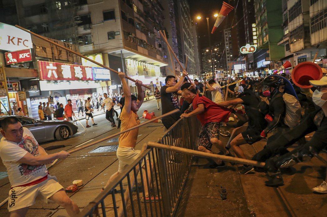 香港警察放任黑社會無差別襲擊人群,圖為8月5日。 圖/美聯社