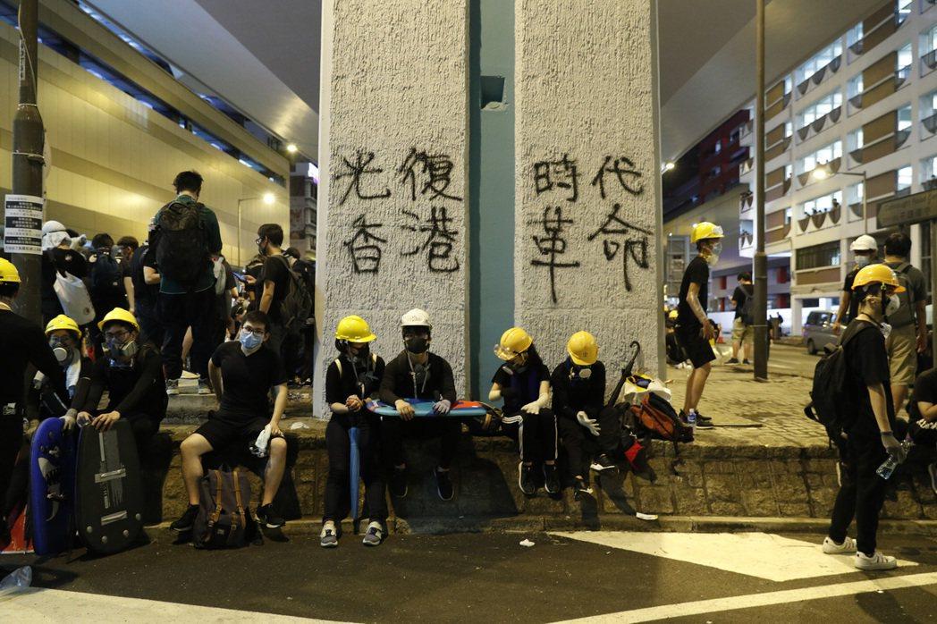 整個7月的運動裡,示威隊伍一直喊著的已經不是2014年的「我要真普選」,而是「光復香港、時代革命」。 圖/美聯社
