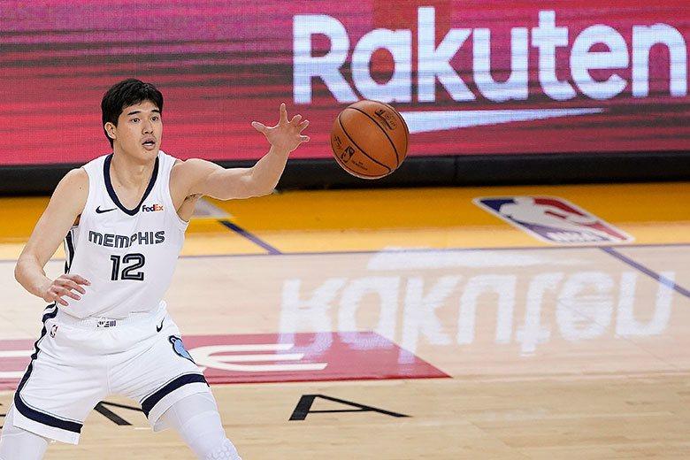 渡邊雄太上季在灰熊只出賽15場,平均只上場11.6分鐘、得分2.6分,本季大部份...