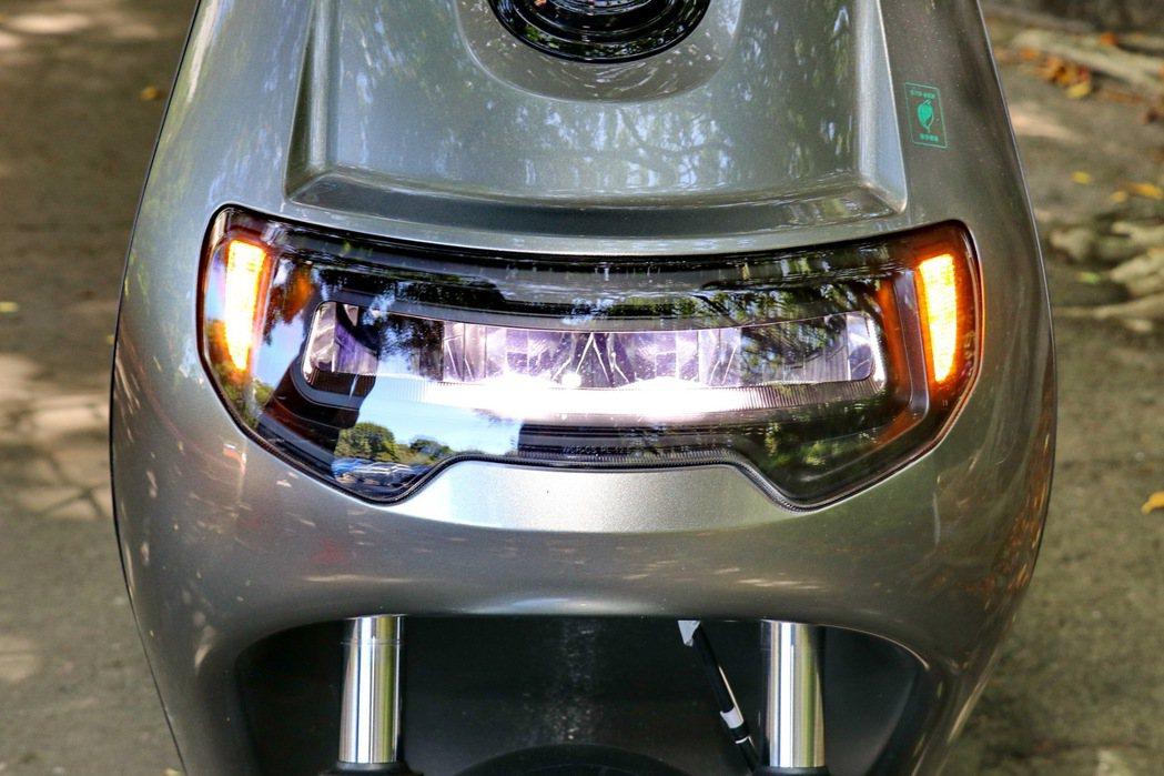 LED反射式大燈。 記者陳威任/攝影