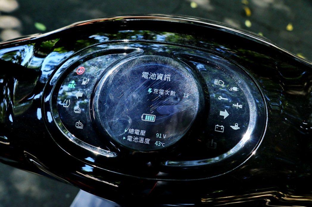 媲美汽車界面的TFT液晶儀錶板,有相當多的燈號提供參考。 記者陳威任/攝影