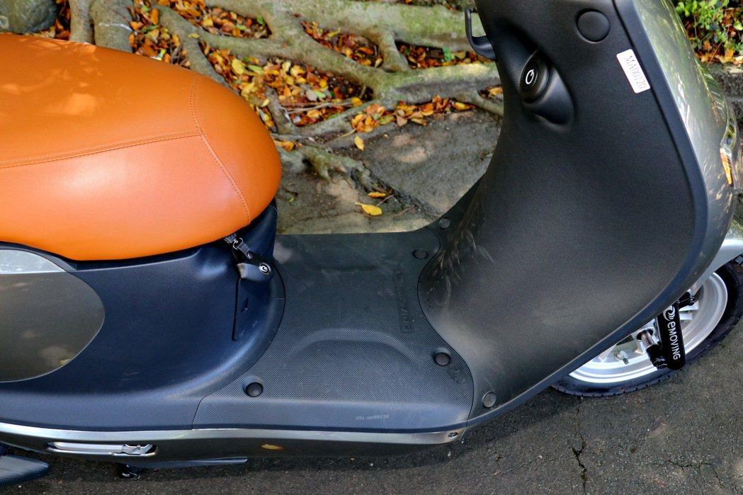腳踏空間雖然較為平坦,少了腳踩的斜面設計。 記者陳威任/攝影