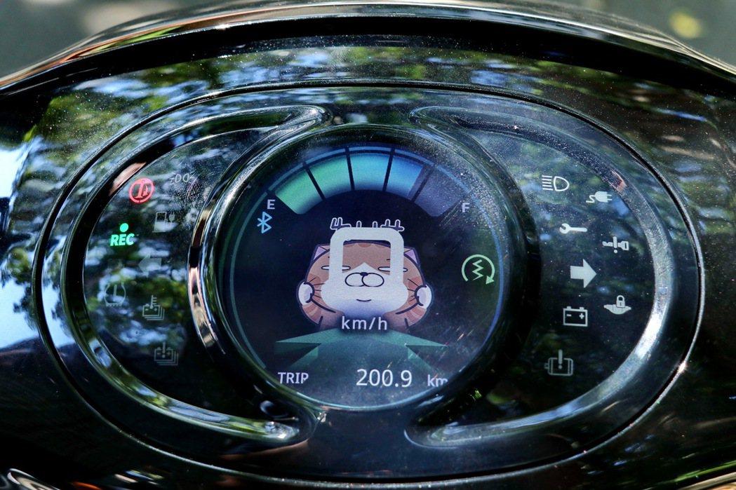 TFT液晶儀錶板顯示豐富行車資訊並可隨意更換桌面。 記者陳威任/攝影