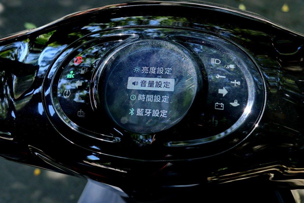 全彩液晶儀錶板提供中文化設定,並有許多便利操作功能。 記者陳威任/攝影
