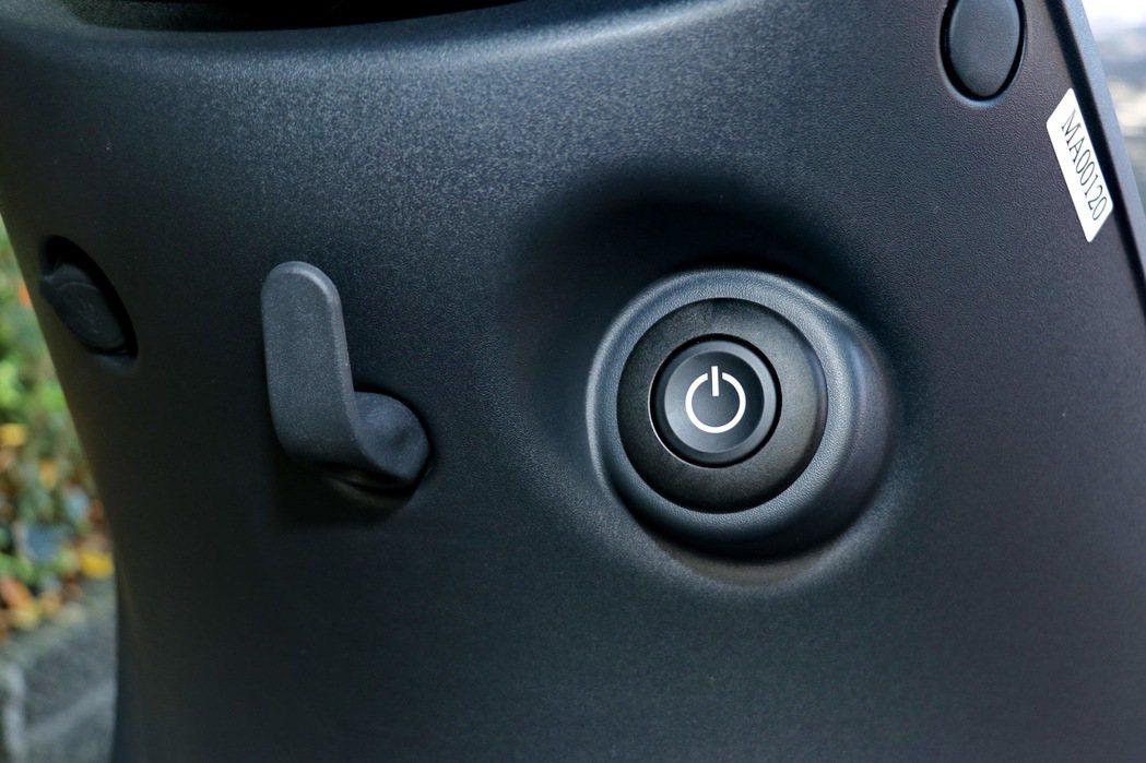 龍頭下方提供掛勾、USB充電座及啟閉按鍵。 記者陳威任/攝影