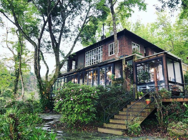 6號花園的外觀是以紅磚屋搭配充滿空氣感的大片落地窗為基調。圖/IG網友yanji...
