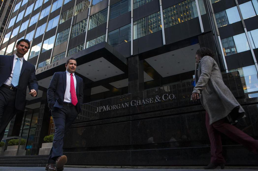 摩根大通銀行跟艾普斯坦往來多年,圖為該銀行在紐約的大樓。 (路透)