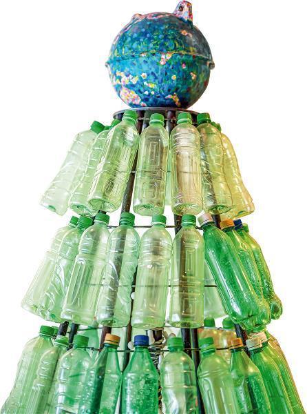 綠色和平以淨灘所收集到的寶特瓶做成的裝置藝術,警示人們海塑問題迫在眉睫。