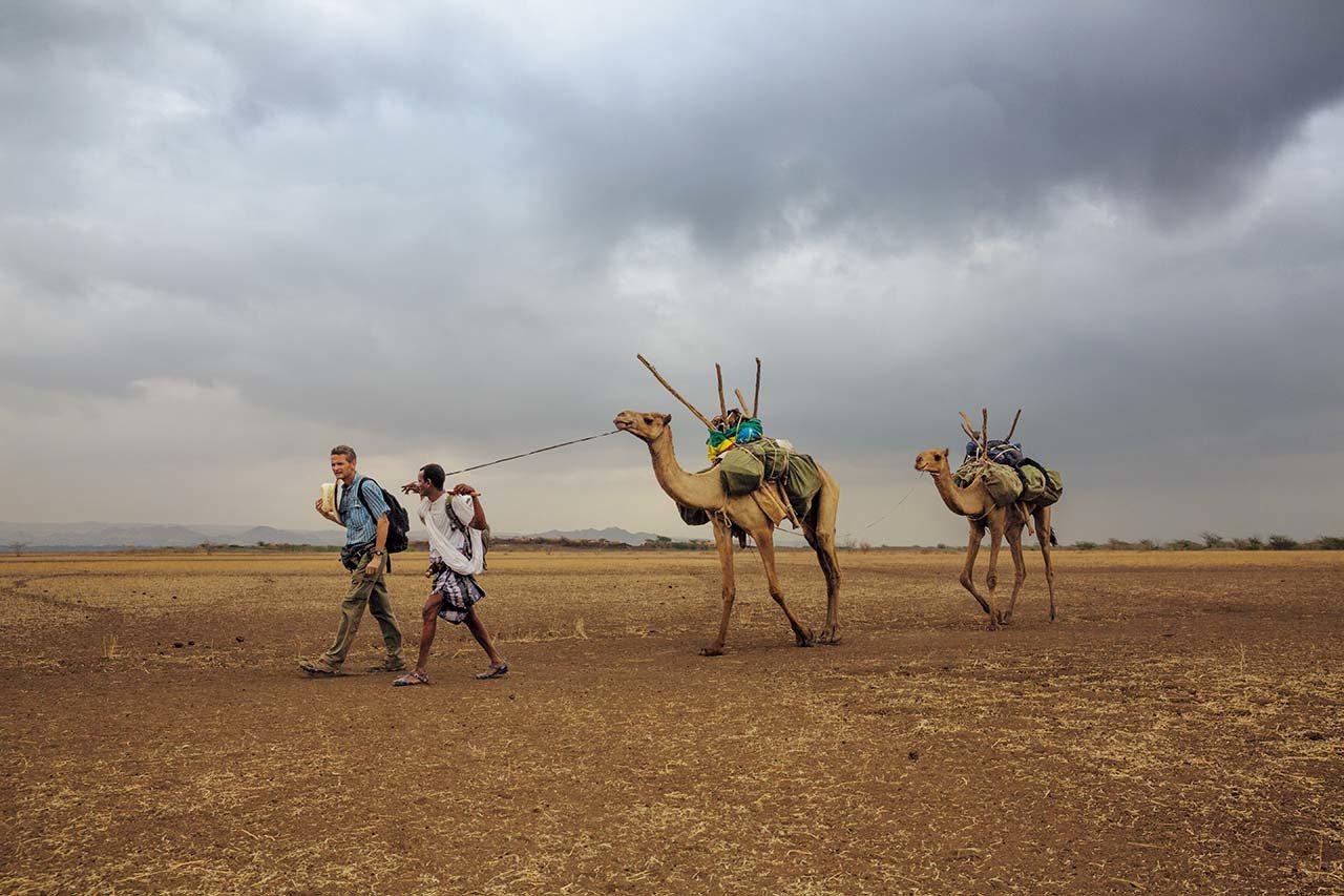 衣索比亞,2013年追隨先人的腳步 #保羅.薩洛培克(左)和他的嚮導阿米德. ...