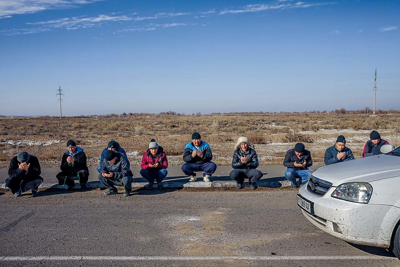 烏茲別克,2017年上路尋找工作機會 #開車前往俄羅斯謀生的烏茲別克男人們停在...