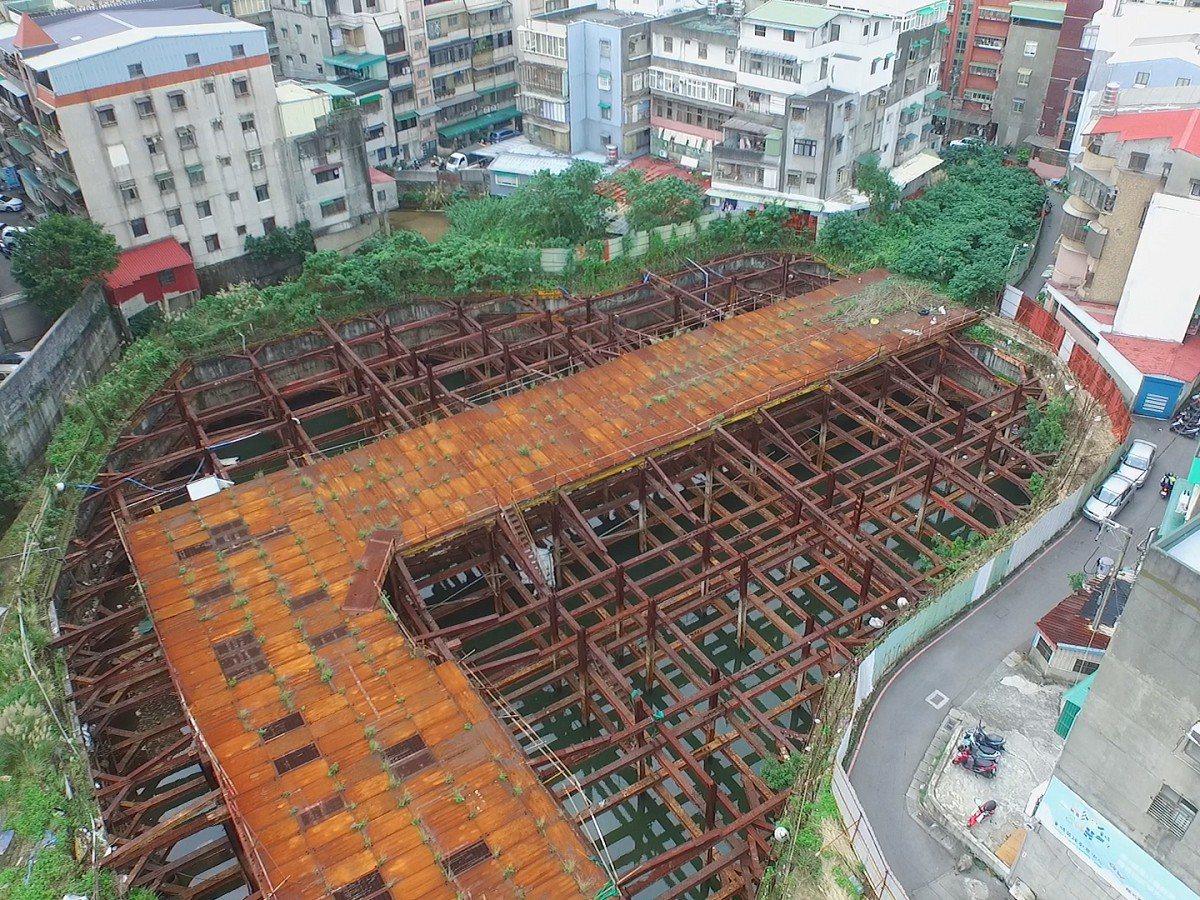 淡水區學府路旁鄧公國小對面的鐵皮圍籬有一個深不見底的大水坑,今年九月開始,就會將...