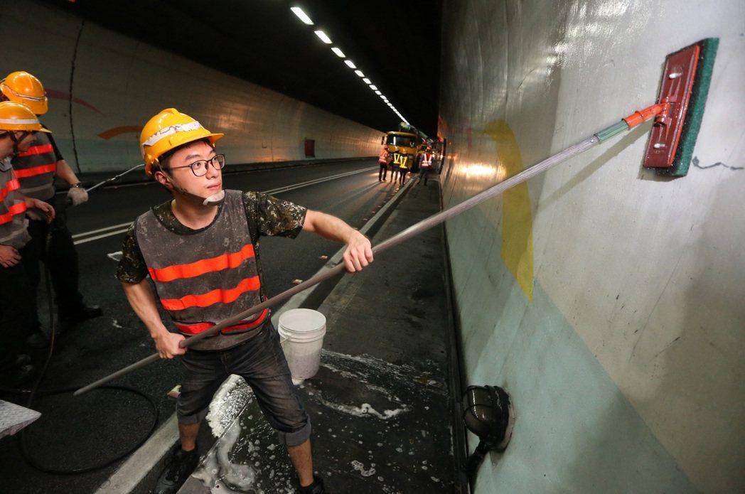 除了用洗隧道機清洗大面積的隧道牆面,還必須以人工,並使用各種工具,仔細刷洗機器洗...