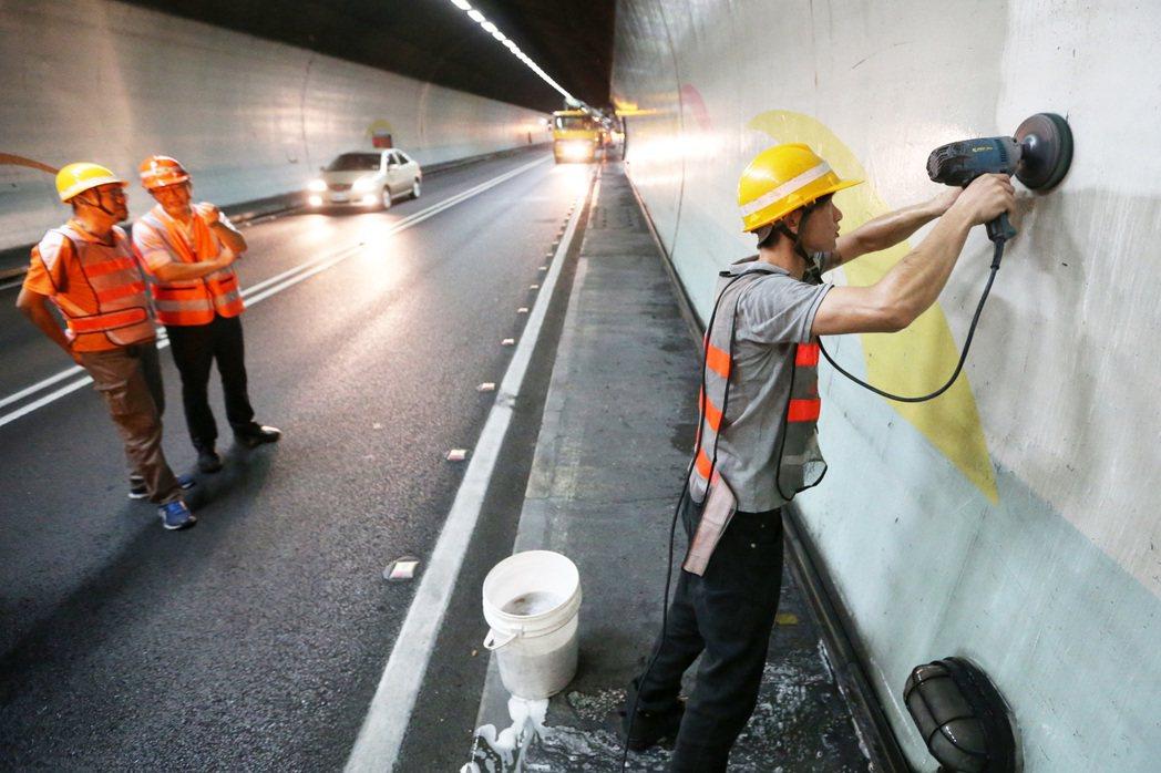 為了降低對交通的影響,清洗雪山隧道的人員必須選擇車流量較低的半夜,在悶熱的隧道內...