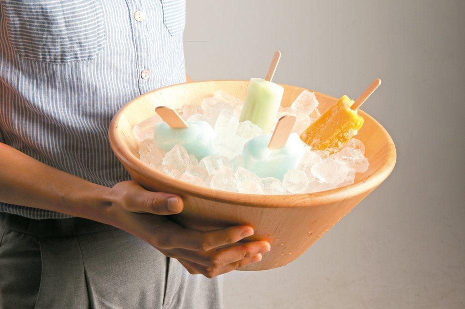 許多女性為了遵守「不吃冰」的原則,僅喝溫熱開水,但心中直呼「好想吃一口冰」。本報資料照片