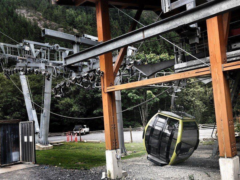 加拿大溫哥華的知名旅遊景點「海天纜車」10日疑遭人惡意切斷纜繩,導致30個纜車廂...