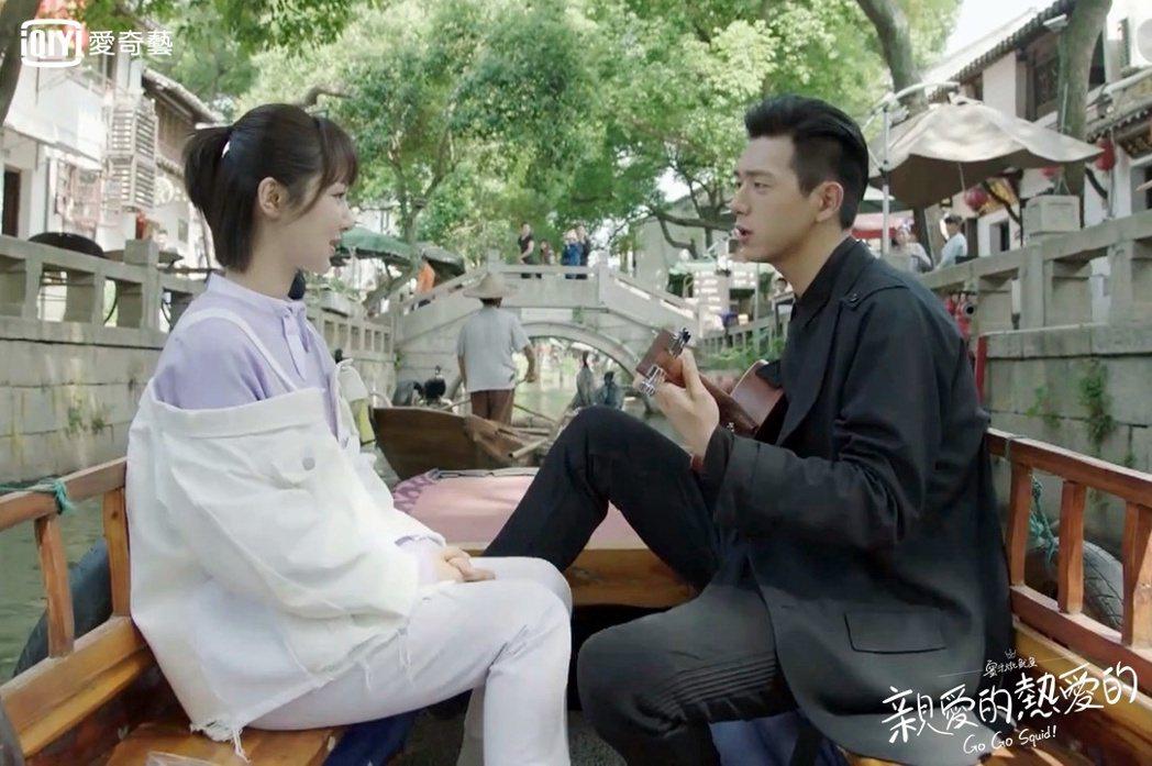 李現(右)劇中自彈自唱撩妹。圖/愛奇藝台灣站提供