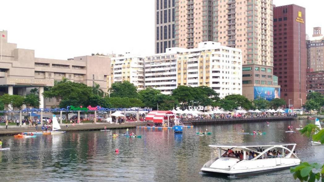 高雄市今年上半年住宿市場成長,顯示觀光旅遊人數增加,許多遊客喜歡到愛河遊河。記者...