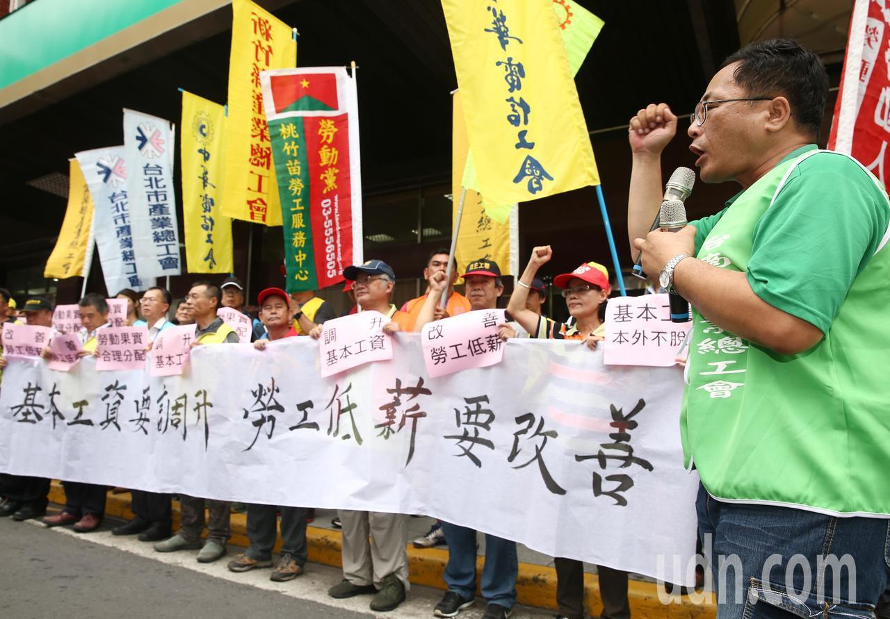 團結工聯上午於勞動部舉辦記者會,要求調升基本工資、反對本外勞脫鉤、促進最低工資法...