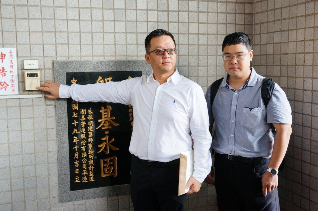 張慶輝(左)提告林姓司法事務官涉偽造文書及圖利罪嫌。記者林伯驊/攝影