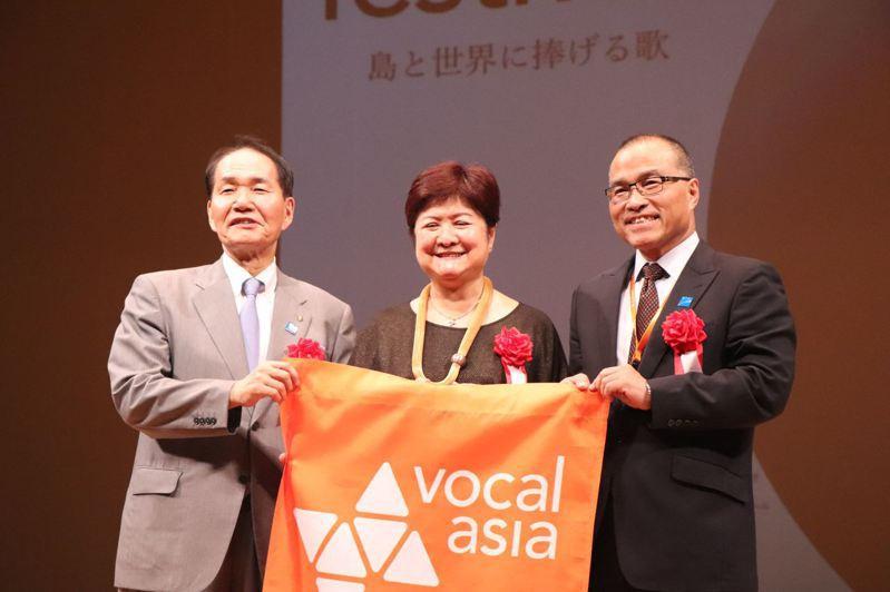 高雄市副市長葉匡時(右)從香川縣知事浜田恵造(左)手中,接過2020亞洲阿卡貝拉藝術節的會旗,正式宣布高雄市將接辦2020年第10屆亞洲阿卡貝拉藝術節。圖/高雄市文化局提供