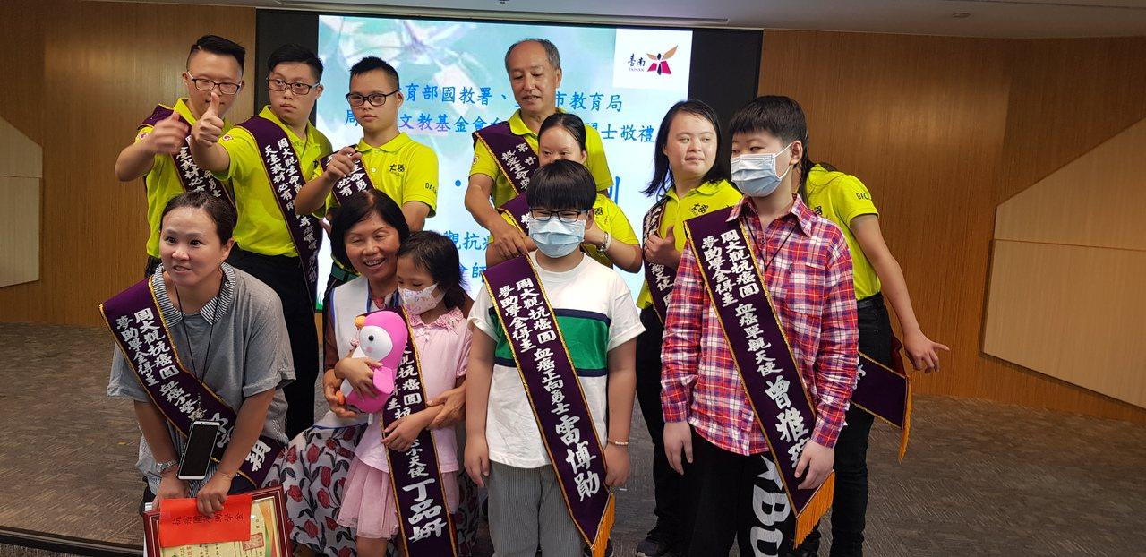 周大觀文教基金會上午到台南頒發抗癌圓夢助學金給3位小病患。 記者修瑞瑩/攝影
