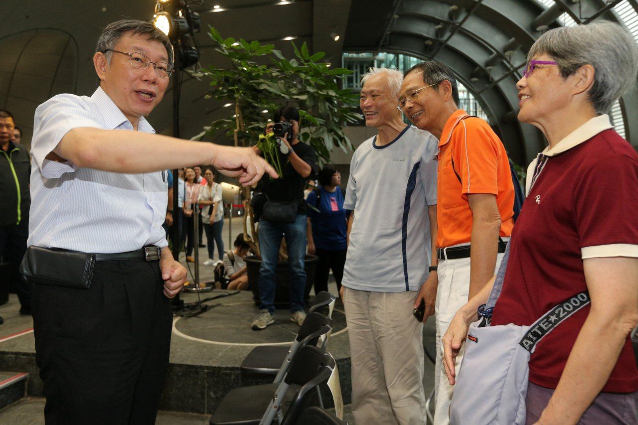 台北市長柯文哲(左)上午出席老人福利政策行銷記者會,並向現場老人致意。記者胡經周...