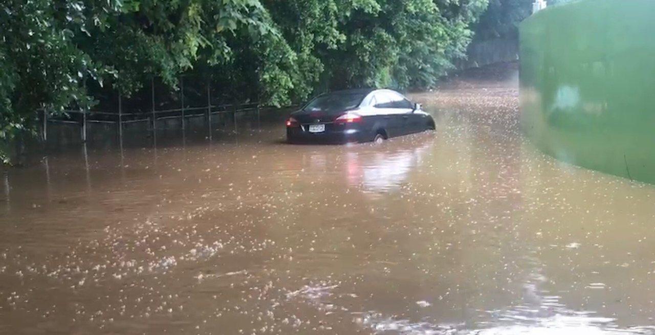 彰化市八卦山卦山路中午往培元中學路段嚴重積水,甚至造成車輛深陷水中而拋錨,警方也...