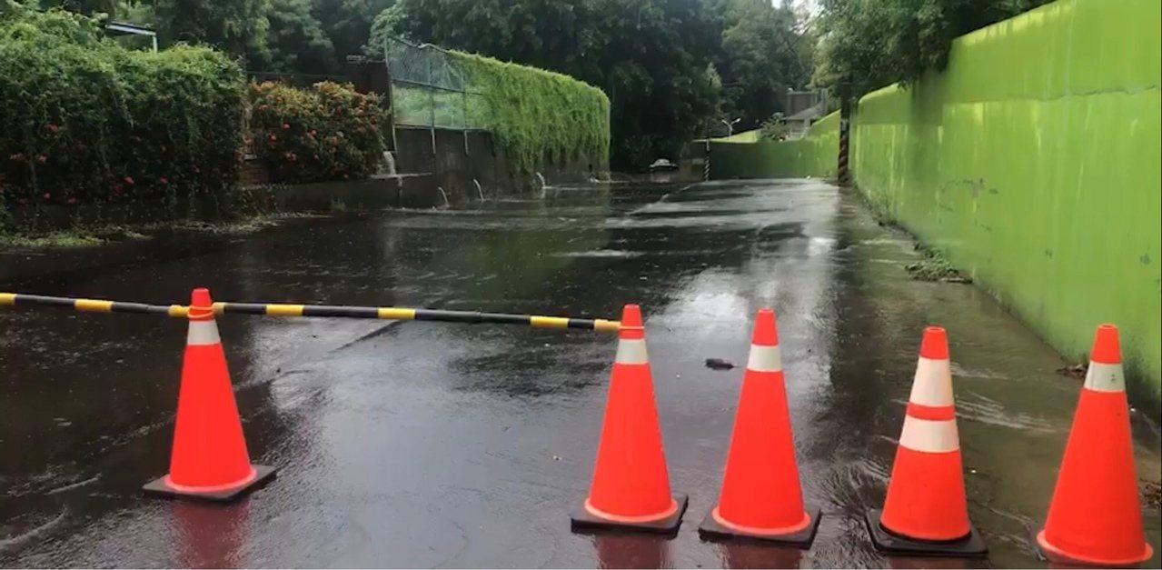 彰化市今天從清晨到中午持續有間歇性大雨,中午在八卦山的卦山路積水,有車輛陷在水中...