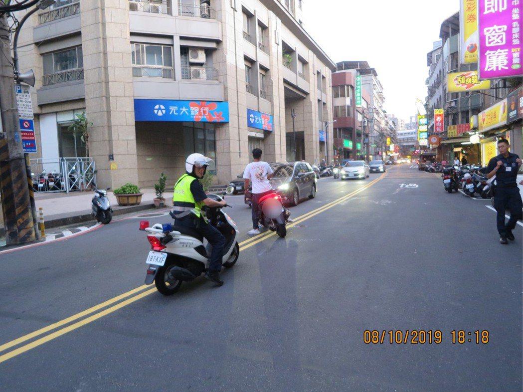 許男無照騎乘機車且未戴安全帽雙載,撞上違規穿越雙黃線的余女。記者柯毓庭/翻攝