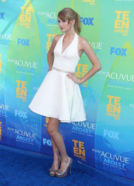 泰勒絲以往出席青少年票選獎,偏好俏皮小洋裝。圖/擷取自zimbio.com