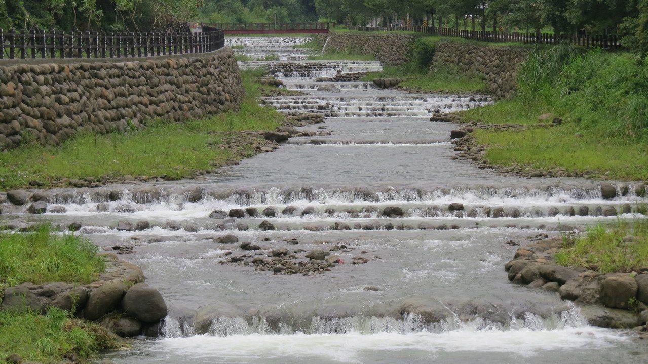 苗栗縣獅潭鄉大東勢溪層次河床,及潺潺流水聲,讓人心曠神怡。記者范榮達/攝影