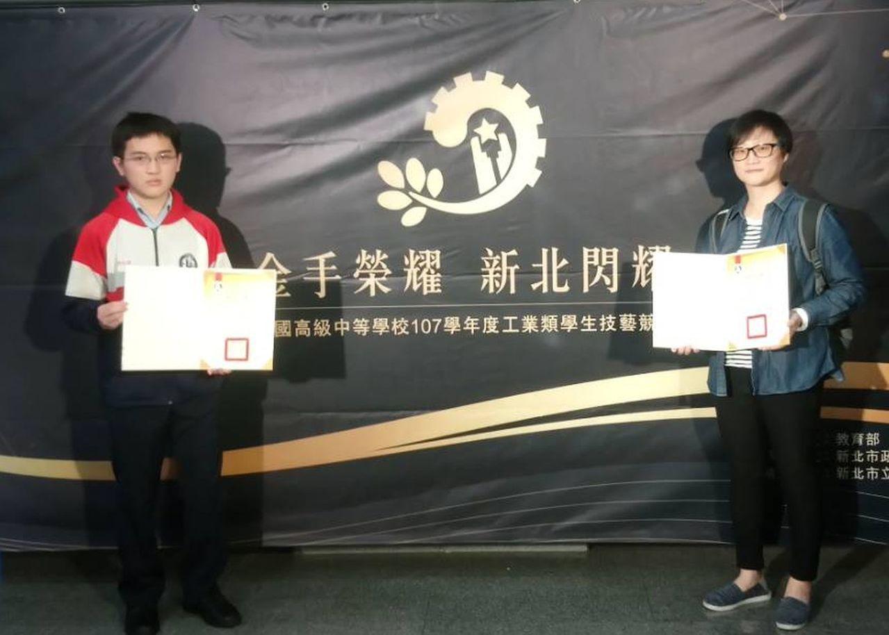 六和高中資訊科學生莊瞻(左)出自單親家庭,靠獎學金支助學習,他不但在全國技藝競賽...