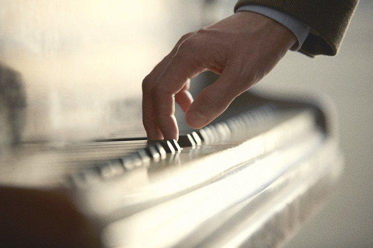 奧利維耶‧波巨熱愛音樂,認為調香與編寫樂曲,有其相同之處。圖/香奈兒提供