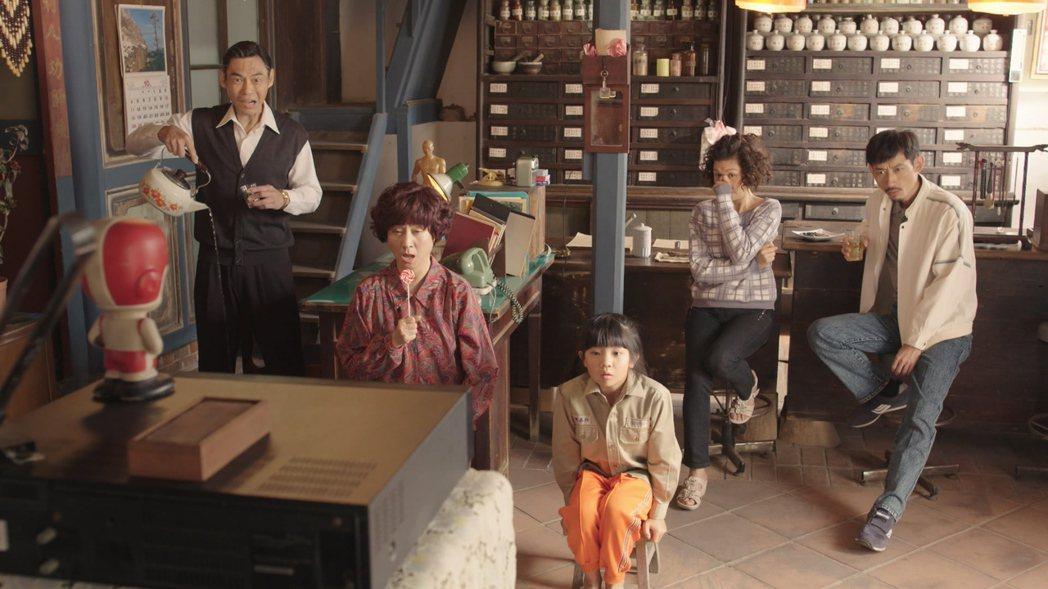 夏靖庭(左起)、楊麗音、吳以涵、于子育、陳竹昇「俗女養成記」戲中一家看電視景象。...