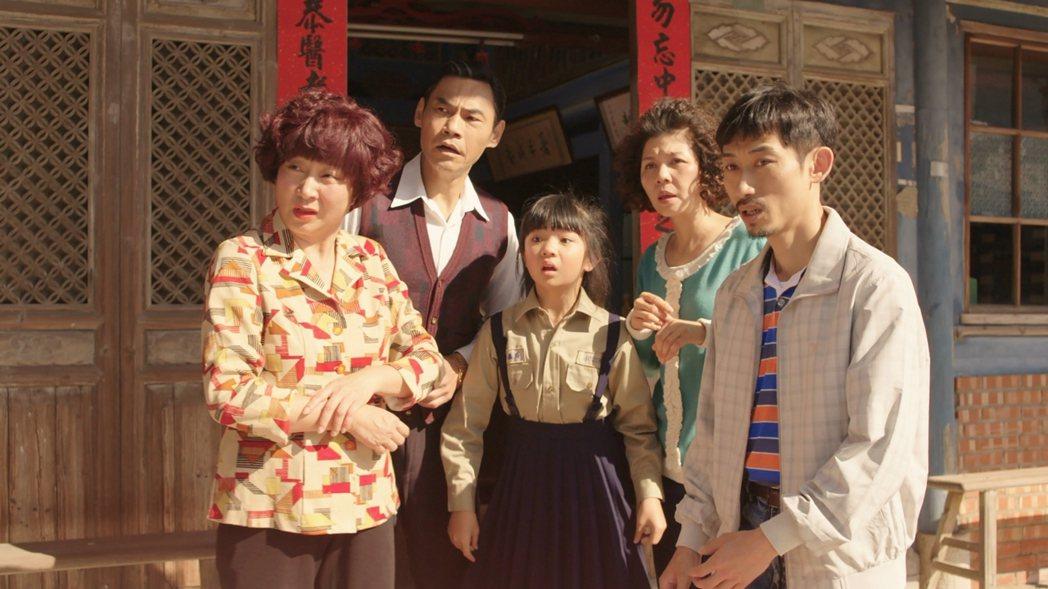 楊麗音(左起)、夏靖庭、吳以涵、于子育、陳竹昇飾演一家人。圖/華視提供