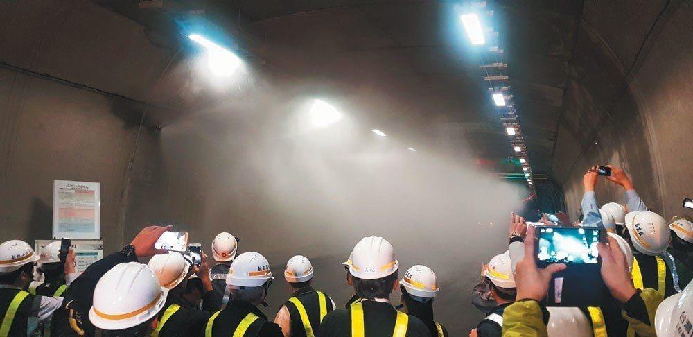 雪隧曾在2012 年 7 月測試水霧降溫法,但在106年喊停。蘇花改東澳隧道有全...
