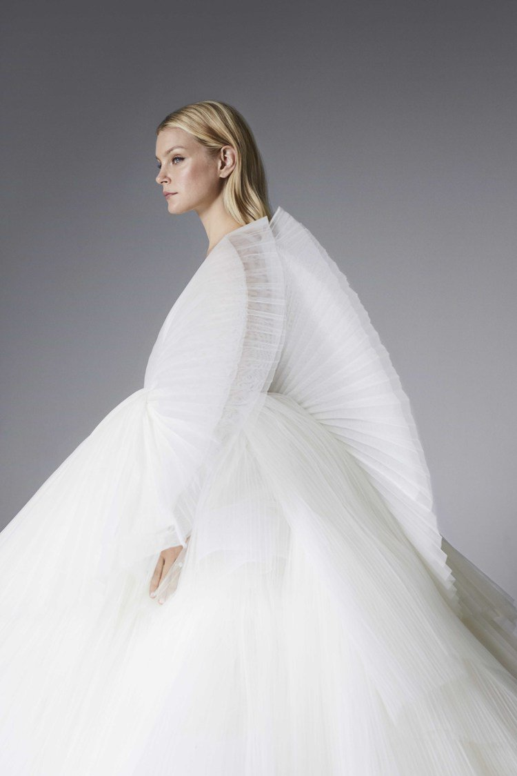 Jessica Stam穿上運用壓摺設計打造的百褶裝飾白紗,宛如擁有一對翅膀的絕...