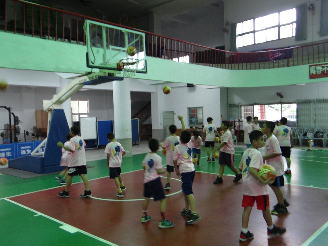 小朋友快樂地和明星球員一起練球。記者蔡維斌/攝影