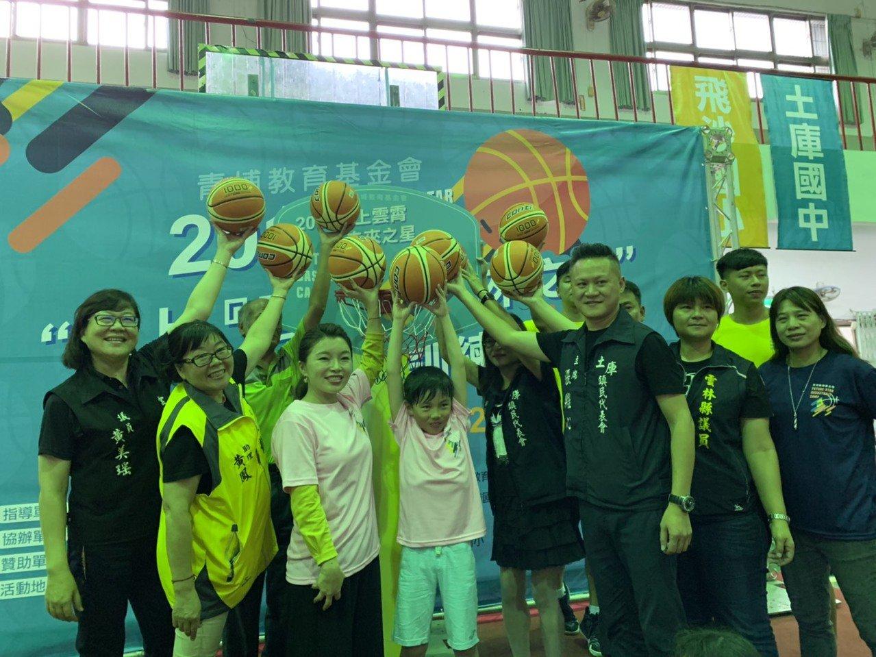 基埔基金會董事長張嘉郡(左三)主持開球儀式。記者蔡維斌/攝影