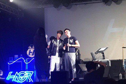 許書豪10日在台北Legacy舉辦「真心話冒險王」演唱會,體驗了許多人生中的第一次,像是擔任演唱會節目總監、和歌迷玩真心話大冒險、被男歌迷示愛並手牽手,當下他害羞直說「好熱」,事後開心笑說:「很開心...