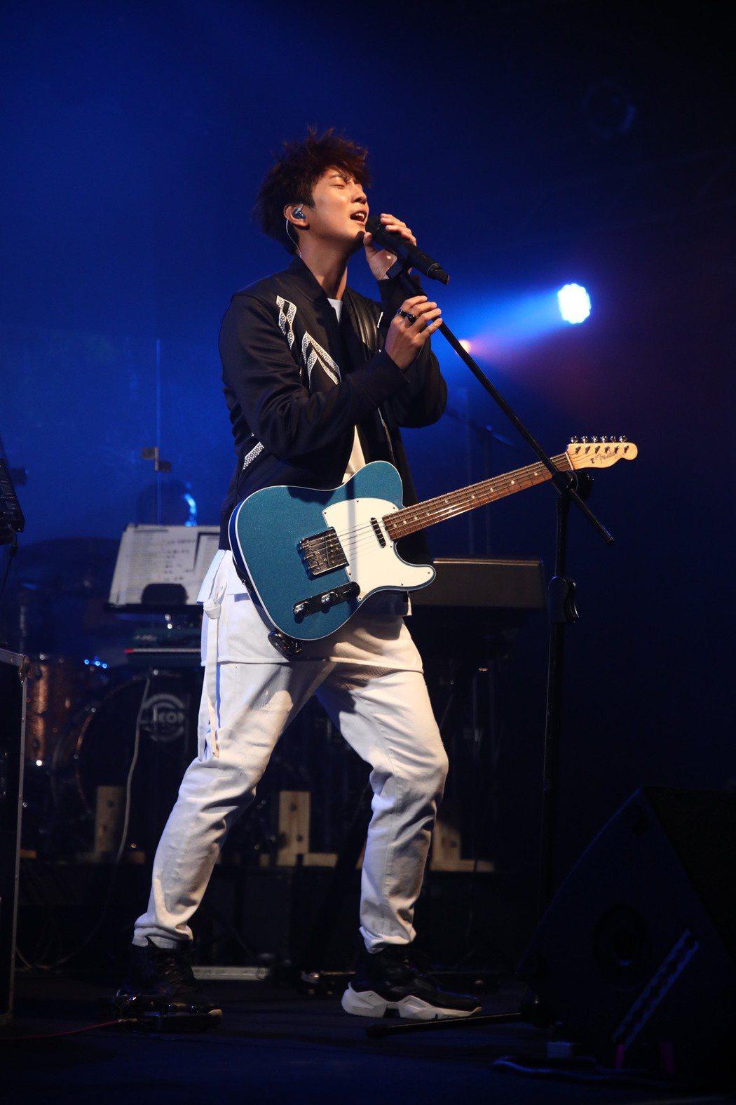 許書豪在台上自彈自唱。圖/上行娛樂提供