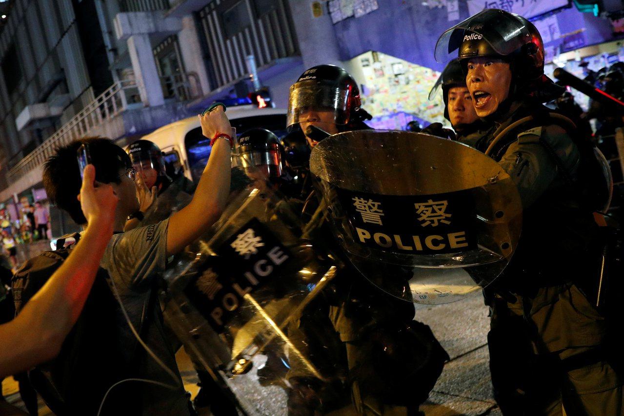 香港警務處承認,11日晚上香港銅鑼灣示威活動中有港警喬裝示威者。路透社