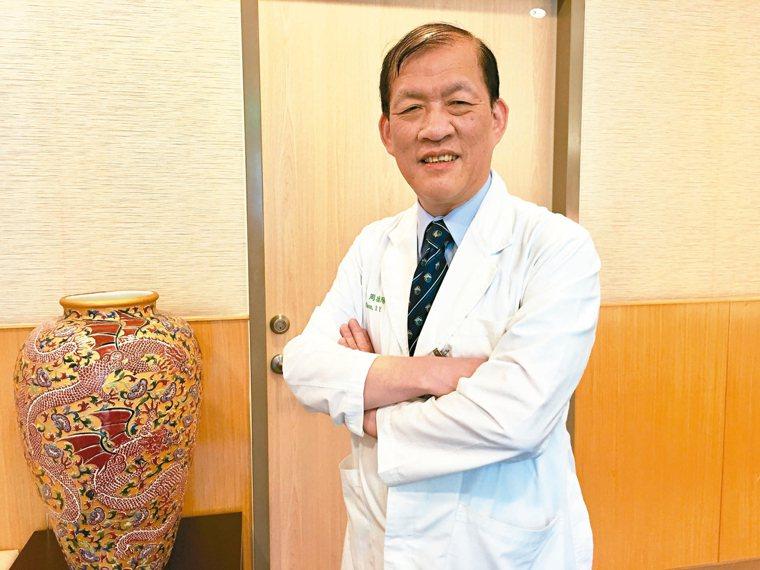 中國醫藥大學附設醫院院長周德陽說明細胞療法原理。 記者鄧桂芬╱攝影