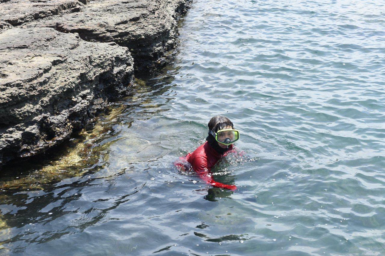 馬崗海女說,大家沒背氣瓶,憋一口氣下潛採集。 圖/蕭文杰提供