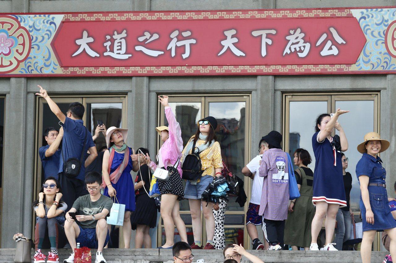 陸客來台旅遊,到國父紀念館前擺出借位抓取台北101的姿勢。 圖/聯合報系資料照片