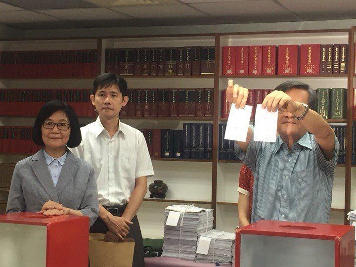 前總統馬英九被控洩密案上訴三審,最高法院去年7月17日於分案室首度對外公開手動抽...